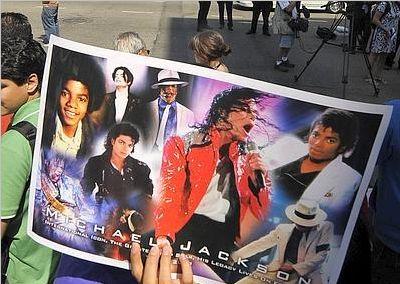 Un fan mostra le immagini della popstar