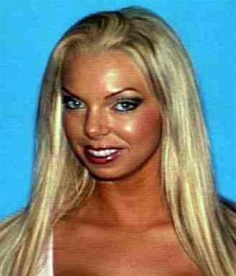 A trovare il corpo di Jasmine Fiore, modella 28enne è stato un barbone che rovistava tra i rifiuti. Il fidanzato della donna, star dei reality show, è il maggiore sospettato ed è ricercato dalla polizia